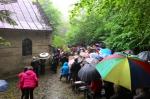 Mieszkańcy w leśnej kaplicy w Mrukowej. - miniatura